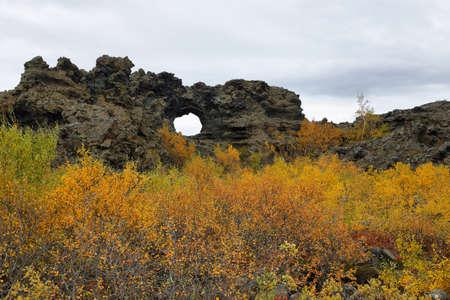 Campos de lava en forma de área Dimmuborgir, al este de Myvatn en Islandia Foto de archivo - 35943755