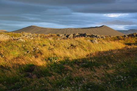 crater highlands: Hverfjall colores cr�ter y la ca�da en el crep�sculo, Islandia