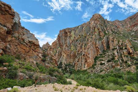 Majestuosas montañas rocosas rojizas en Swartberg pasan, Sudáfrica Foto de archivo - 39581611