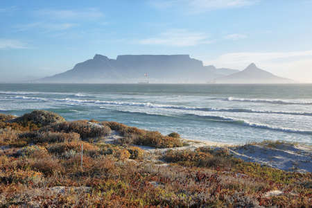 Views of Table Mountain at dawn from Bloubergstrand Standard-Bild