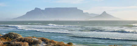 Views of Table Mountain at dawn from Bloubergstrand Imagens