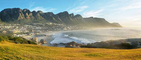Camps Bay Beach in Kaapstad, Zuid-Afrika, met de Twaalf Apostelen op de achtergrond.