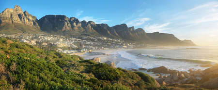 Camps Bay Beach en Ciudad del Cabo, Sudáfrica, con los doce apóstoles en el fondo. Foto de archivo