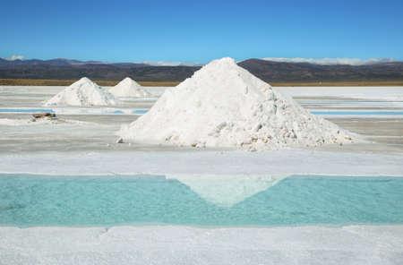 sal: Sal pilas y agua de la piscina en Salinas Grandes salinas de la provincia de Jujuy, en el norte de Argentina.
