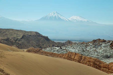 marte: Desert landscape of Valley of the Moon with Licancabur peak at background- Atacama Desert - Chile