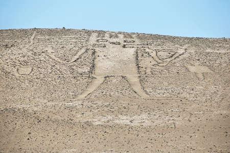 """Antiguo gigante geoglifo conocido como gigante de Atacama y se encuentra en """"Cerro Unitas"""" en Pampa del Tamarugal, Chile Foto de archivo - 48366596"""