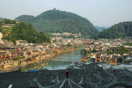 house float on water: View of Tuo Jiang river and riverside houses in ancient town of Fenghuang known as Phoenix, China Stock Photo