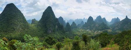 Karst mountains around Yangshuo, Guanxi province, China 免版税图像