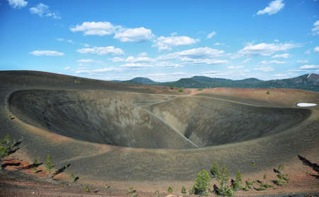 Cráter del cono de la escoria, el Parque Nacional Volcánico Lassen, California Foto de archivo - 63953855