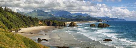Ansicht von Cannon Beach in Oregon mit Haystack Rock im Hintergrund