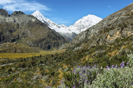 Mt Huascaran (6768m) and Mt Chopicalqui (6354m) from Laguna 69 trail, Ancash province, Peru 版權商用圖片