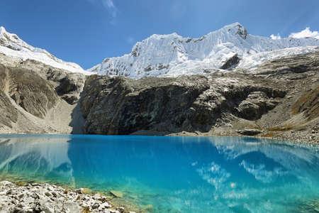 Laguna 69, with the great Nevado Chacraraju mountain in the background. Huascaran National Park - Huaraz - Peru 스톡 콘텐츠