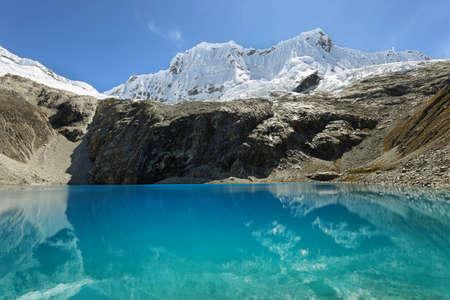 ancash: Laguna 69, with the great Nevado Chacraraju mountain in the background. Huascaran National Park - Huaraz - Peru Stock Photo