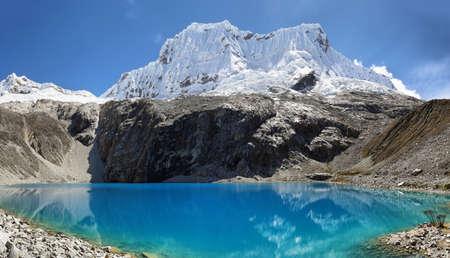 Laguna 69, com a grande montanha Nevado Chacraraju ao fundo. Parque Nacional de Huascaran - Huaraz - Peru Foto de archivo - 94459822