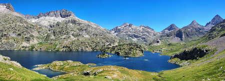 Vista panorámica del lago Respomuso en el Valle de Tena en los Pirineos, Huesca, España. Foto de archivo