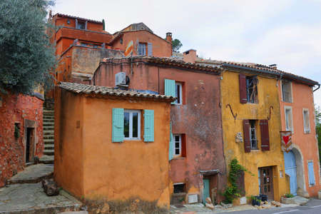 Calle de la aldea de Rosellón, uno de los pueblos más bellos de Francia, Europa