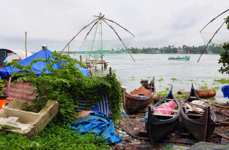 Colorful boats with tradional Chinese fishing nets at background in Cochin, Kerala, South India Stockfoto