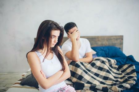 Het meisje wordt beledigd door de man. Familie ruzie Stockfoto