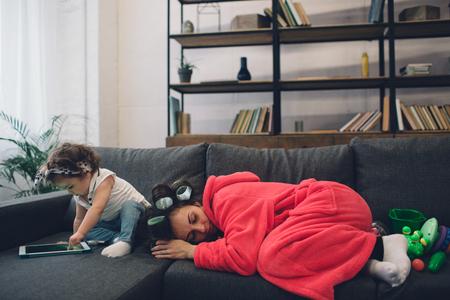 Jonge moeder oud ervaart postnatale depressie. Droevige en vermoeide vrouw met PPD. Ze wil niet met haar dochter spelen Stockfoto - 93507702