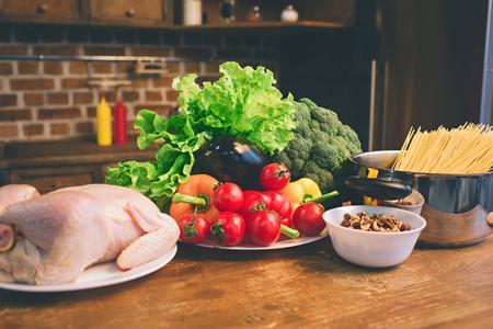 Poulet, légumes, fruits, sur la table de la cuisine. Banque d'images - 93442125