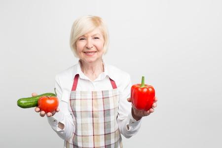 野菜を好む成熟した妻