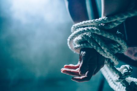 Vista ravvicinata e tagliata delle mani della donna è morta in un nodo con una corda. Archivio Fotografico