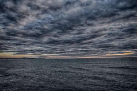 uneasiness: Vimos desde un acantilado en el mar infinito sentimiento de intranquilidad nubes