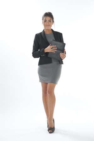 attractiveness: Seguro de s� mismo ejecutiva de negocios joven con ordenador port�til, caminar