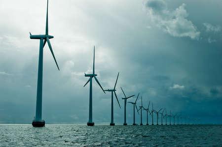 wind farm: Molinos de viento en una fila de clima nublado, amplia el disparo, Dinamarca