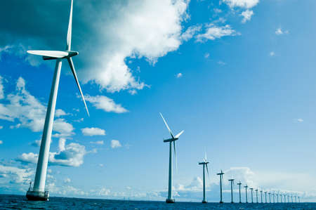 Windmühlen in einer horizontalen Zeile, Denamrk, Ostsee, Weitwinkel Standard-Bild