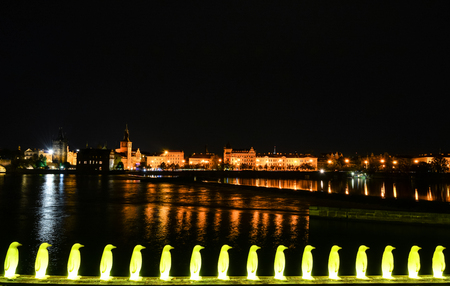 Night view on the yellow plastic penguins outside Kampa Park by the River Vltava in Prague, Czech Republic. Standard-Bild - 101270221