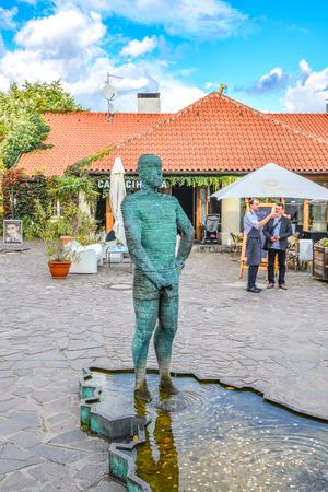 Prague, Czech Republic - October 10, 2017: Sculpture of two pissing men in front of Franz Kafka museum in Prague. Fountain of Pissing Men in Prague by David Cerny, sculptor. Standard-Bild - 101512394