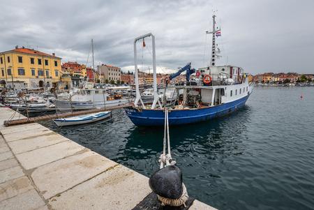 Rovinj, Croatia - May 22, 2018: Pier in coastal town of Rovinj, Istria, Croatia. Rovinj - beautiful antique city, yachts and Adriatic Sea. Standard-Bild - 109529014