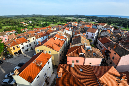 Vrsar, Croatia - May 23, 2018: Coastal town Vrsar, Istria, Croatia. Vrsar - beautiful antique city with bright red roofs. Standard-Bild - 110720376
