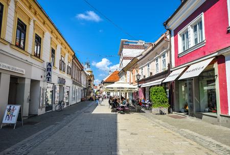 Maribor, Slovenia - May 20, 2018: Shops and cafes in Maribor city center, Slovenia. Standard-Bild - 110937543