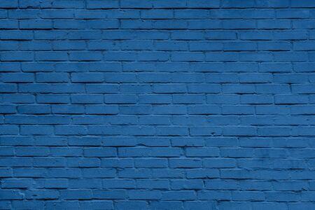 Klasyczna niebieska cegła ściana tekstury z bliska. Widok z góry. Nowoczesne tapety ścienne z cegły do projektów internetowych lub graficznych. Baner z kolorem roku 2020