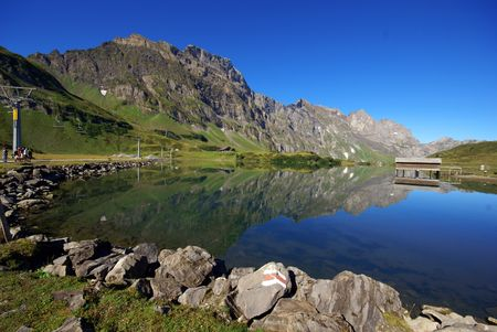 The small lake in swiss mountains                  Banque d'images
