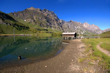 Small lake in valley of swiss Alps. Endelberg. Banque d'images
