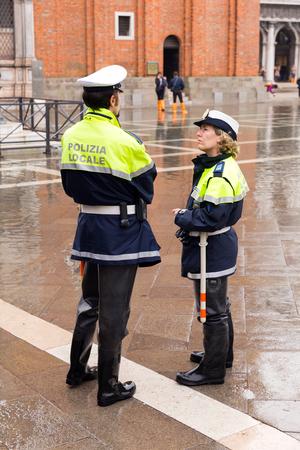 Venetië, Italië - November 04, 2013: Italiaanse politie in Piazza San Marco. Venetië is een van de meest populaire toeristische bestemmingen in de wereld Redactioneel