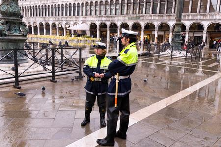 Venezia, Italia - 4 novembre 2013: la polizia italiana in Piazza San Marco. Venezia è una delle destinazioni turistiche più popolari al mondo Archivio Fotografico - 80070847