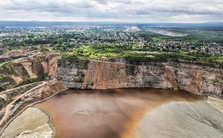 Problemen met de milieuvervuiling. Open pit mining van kopererts