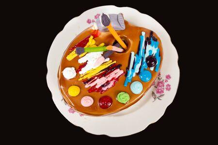 paleta de caramelo: Torta de cumpleaños en forma de una paleta de pintura con pinceles Foto de archivo