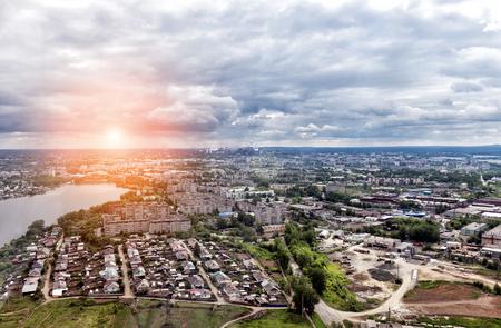 都市パノラマ空撮。パイプの冶金の植物