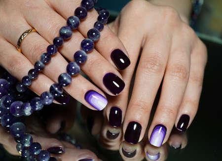 Niesamowite piękne czyste paznokcie i manicure. Gwoździe są naturalne. Manicure odbywa się za pomocą gwoździ maszynę wiertniczą.
