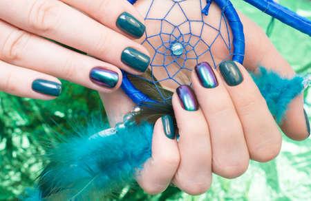 Erstaunlich Maniküre und natürliche Nägel mit Gel polieren. Attraktive moderne Nagelkunstentwurf.
