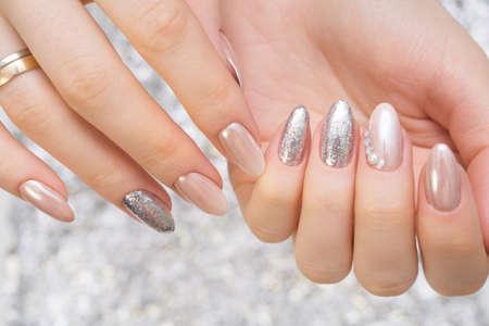 Hände mit schöner Maniküre. Natürliche Nägel mit Gelpolitur
