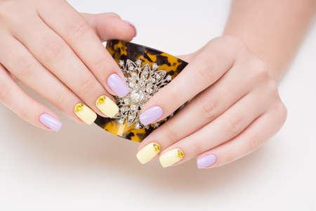 ゲルポリッシュを適用した天然爪。理想的なマニキュアと女性の手。