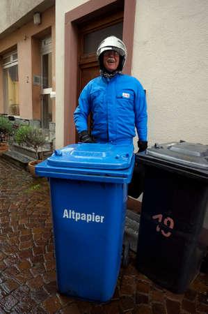 poubelle bleue: bac bleu pour le papier et les motocyclistes de couleur coordonn�e Banque d'images