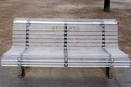 公園のベンチは、プレキシ グラス、ドイツ、ザクセン州ドレスデン