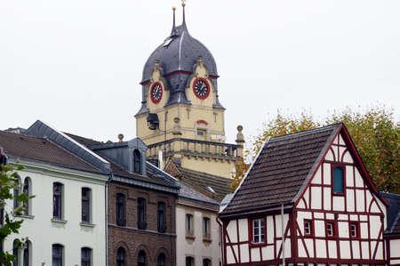 背景古い市庁舎で、アルター マルクト、オイスキルヒェン、ノルトライン = ヴェストファーレン州、ドイツの木組みの家